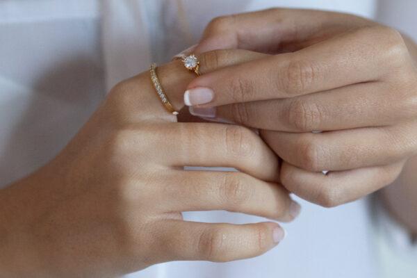 Dime los colores de tus anillos con piedras y te revelaré su significado