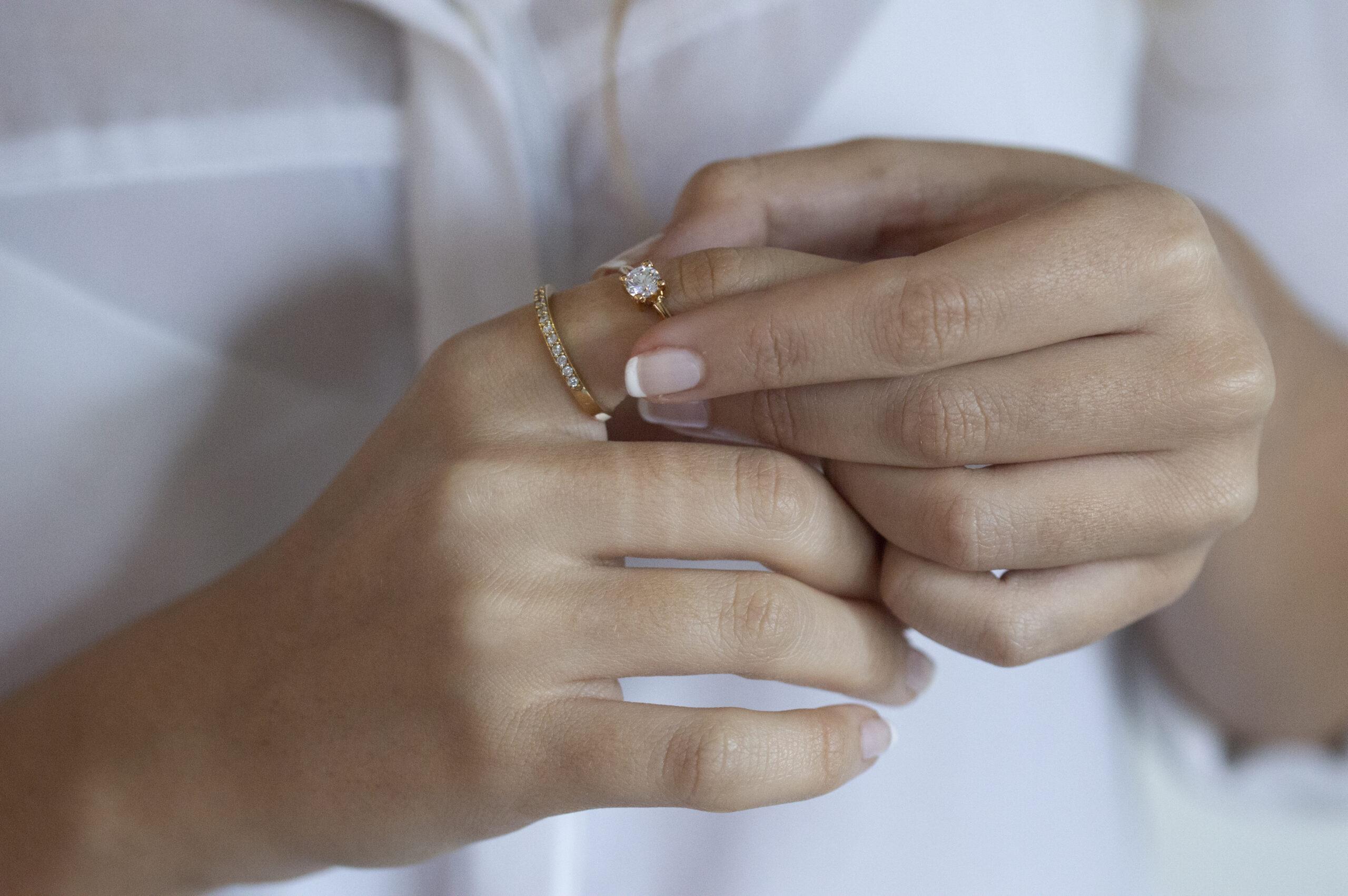 anillo fino con circonitas