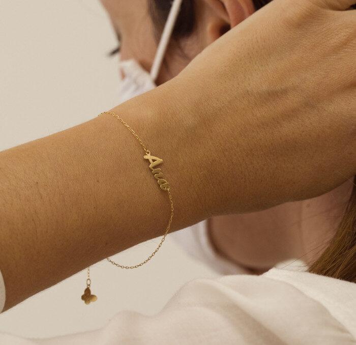 pulsera con nombre de oro