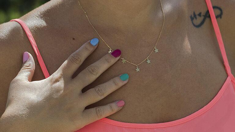 Joyería de colores y minimalistas, las joyas que se llevarán este verano