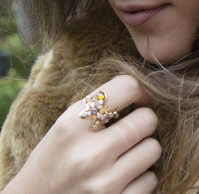 anillo de mariposas con piedras